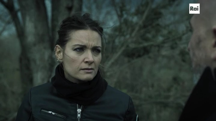 """Rocco Schiavone 2: Maria Rosaria Russo interpreta il vicequestore Grazia Bonanni nell'episodio """"Prima che canti il gallo"""""""